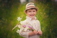 一个愉快的小男孩的纵向在公园 免版税图库摄影