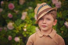 一个愉快的小男孩的纵向在公园 免版税库存照片