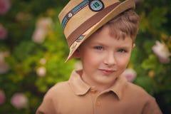 一个愉快的小男孩的纵向在公园 库存照片
