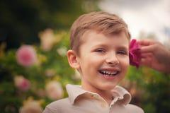 一个愉快的小男孩的纵向在公园 图库摄影