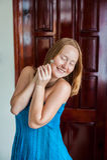 一个愉快的少妇把握关键到公寓或房子 幸运优胜者 拥有房地产概念 免版税库存图片