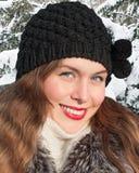 一个愉快的少妇的画象帽子的 图库摄影