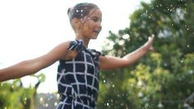 一个愉快的少年女孩的接近的画象有猪尾的在夏天在度假在村庄 转动在浪花的女孩  股票视频