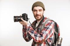 一个愉快的年轻人旅游运载的背包的画象 免版税库存图片