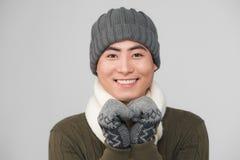 一个愉快的年轻人的画象圣诞节温暖的被编织的夹克的 库存图片