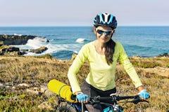 一个愉快的旅游骑自行车者的画象海洋背景的, 图库摄影