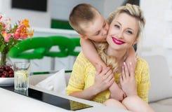 一个愉快的母亲的家庭画象有她的儿子的 免版税库存照片