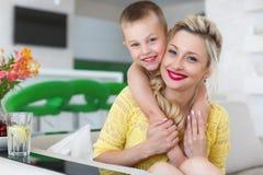 一个愉快的母亲的家庭画象有她的儿子的 图库摄影