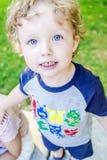 一个愉快的男孩的大蓝眼睛 免版税库存图片