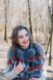一个愉快的被迷恋的女孩的画象预期一个心爱的人的在公园 免版税库存图片