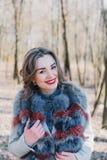 一个愉快的被迷恋的女孩的画象预期一个心爱的人的在公园 图库摄影