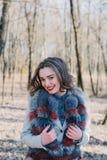 一个愉快的被迷恋的女孩的画象预期一个心爱的人的在公园 库存图片