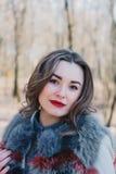 一个愉快的被迷恋的女孩的画象预期一个心爱的人的在公园 免版税库存照片