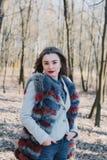 一个愉快的被迷恋的女孩的画象预期一个心爱的人的在公园 免版税图库摄影
