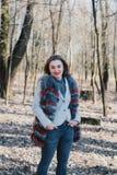 一个愉快的被迷恋的女孩的画象预期一个心爱的人的在公园 库存照片