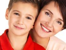 一个愉快的年轻母亲的画象有儿子的 免版税库存图片