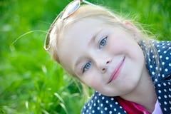 一个愉快的liitle女孩特写镜头的画象 免版税库存照片