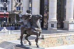 一个愤怒的人的铜雕塑一匹马的在街市斯科普里, 库存图片