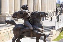一个愤怒的人的铜雕塑一匹马的在街市斯科普里, 免版税库存图片