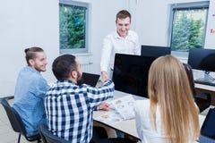 一个成交的结论与年轻商务伙伴的 免版税库存照片
