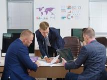 一个成交的结论与年轻商务伙伴的 免版税库存图片