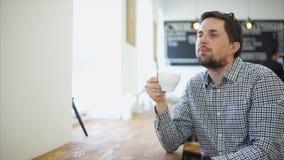 一个成人人享受美国人的口味,他在咖啡馆喝 股票视频