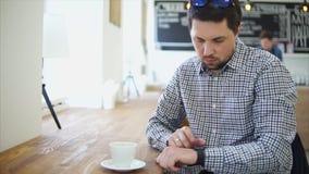 一个成人人设定一块巧妙的手表从电话收到消息 股票视频