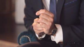一个成功的人的特写镜头在手表投入 人 股票视频