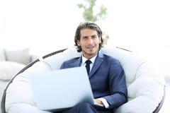 一个成功的商人的特写镜头画象有膝上型计算机的 免版税库存图片