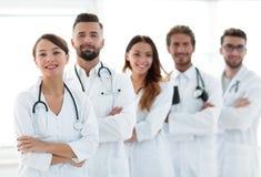 一个成功的小组的画象医生扣留 免版税库存图片