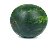 一个成熟圆的深绿西瓜的特写镜头,隔绝在白色背景 自然有机夏天果子和莓果 免版税库存图片