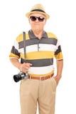 一个成熟游人的垂直的射击有太阳镜的 免版税库存图片