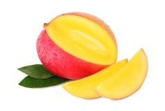 一个成熟芒果和两个切片与下落() 库存照片
