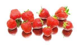 一个成熟草莓的莓果。白色背景-顶视图。 免版税库存照片