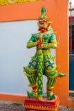 一个战士的多彩多姿的雕塑有一把剑的有在佛教寺庙的红脸的 Nakhon Ratchasima 泰国 免版税图库摄影