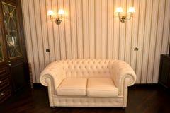 一个房子办公室的内部的片段有一个白色沙发的 免版税库存照片