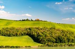 一个房子在小山顶部在锡耶纳,托斯卡纳,意大利 免版税库存照片