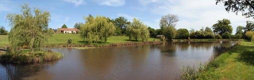 一个房子的全景有池塘的 免版税库存图片