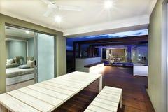 一个房子的内景照明有露台区域的在晚上 免版税库存图片