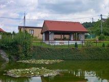 一个房子的反射在池塘 库存照片