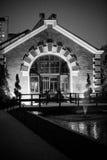 一个房子的反射在池塘 免版税库存照片