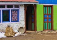 一个房子的多色的门面在Kyanjing Gompa, Langtang Nati 免版税库存照片
