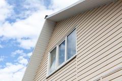 一个房子的屋顶顶层一个低角度视图自反对蓝天的白天 库存照片