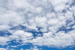一个房子的屋顶顶层一个低角度视图自反对蓝天的白天 免版税图库摄影