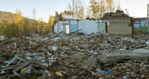 一个房子的废墟在树中的 秋天2017年 库存照片