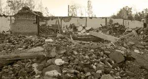 一个房子的废墟在树中的 秋天2017年 图库摄影