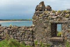 一个房子的废墟爱尔兰海岸的 免版税库存照片