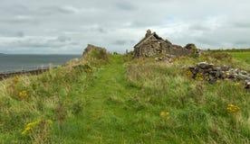 一个房子的废墟爱尔兰海岸的 免版税库存图片