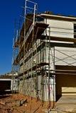 一个房子的旁边外形建设中有在屋顶的脚手架和瓦片木瓦的 免版税库存照片