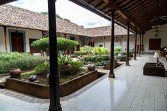 从一个房子的殖民地庭院在尼加拉瓜 免版税库存图片